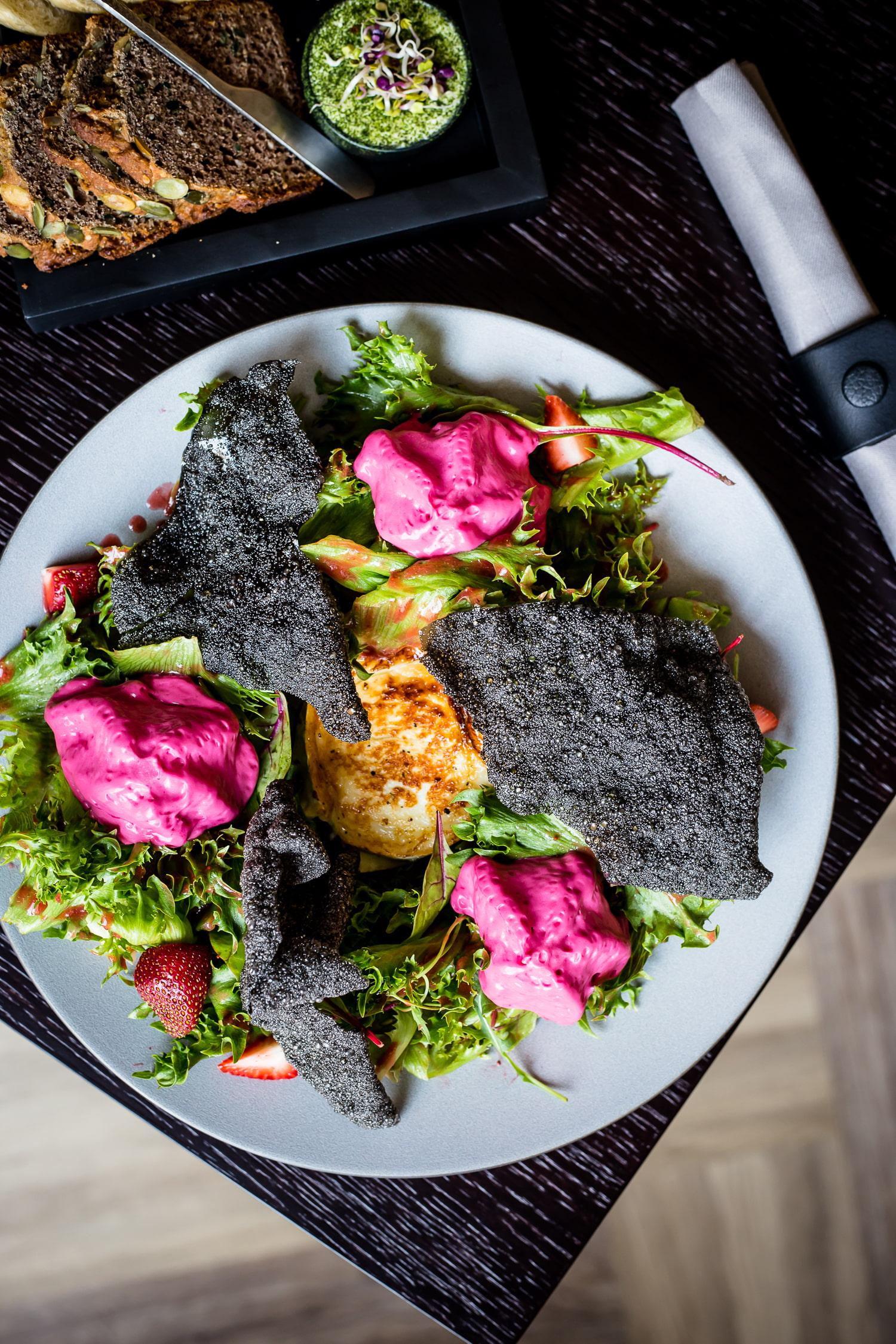 Kitsejuust - Must riisikrõps, salat, maasika-peedivaht, maasikakaste